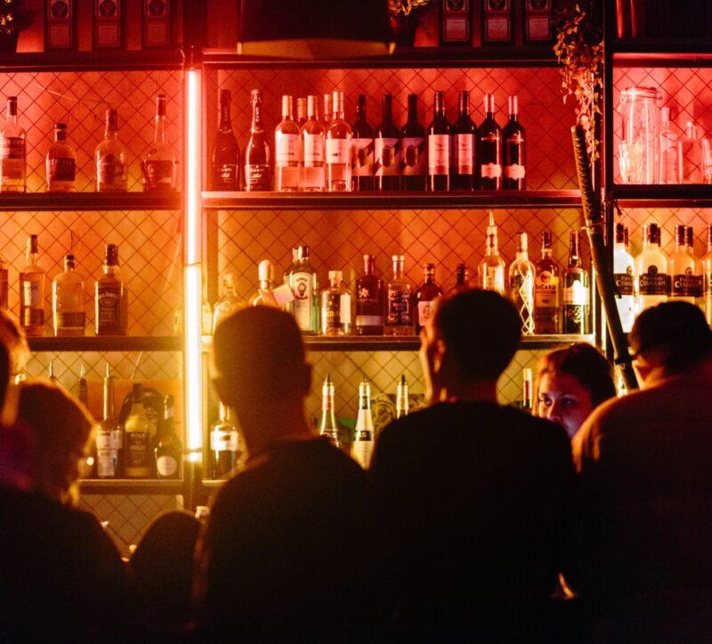 bar-people-drinks-venue